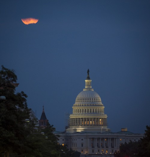 supermoon-over-us-capitol-e1476593478839